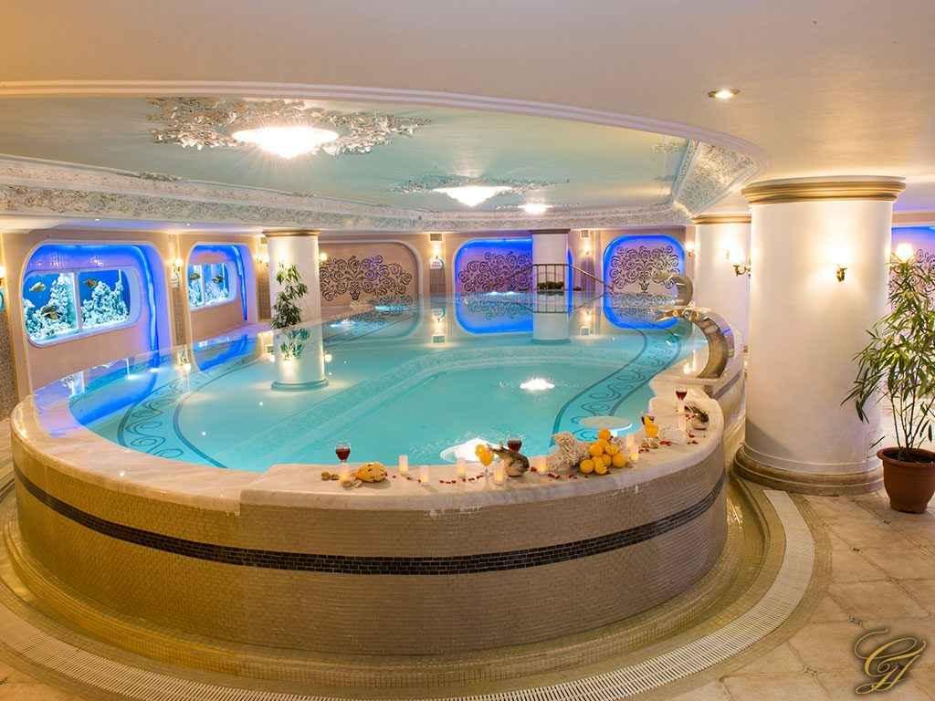 استخر هتل قصر طلایی