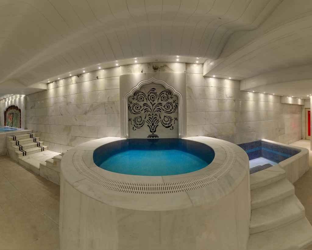 استخر و جکوزی هتل کیانا