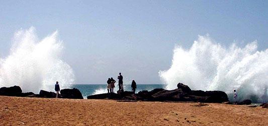 ساحل صخره ای چابهار و تفریح موجی