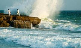 ساحل صخره ای چابهار و موج ها