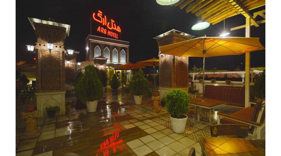 نمای شب کافه بام هتل ارگ شیراز