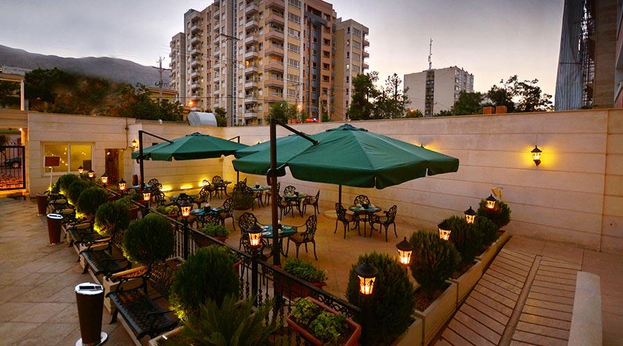 حیاط هتل الیزه شیراز