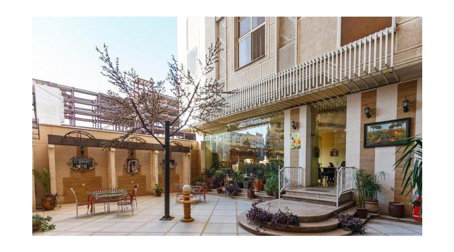 حیاط هتل ارم شیراز