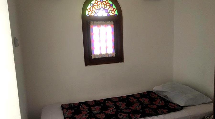 اتاق 4 هتل لب خندق یزد