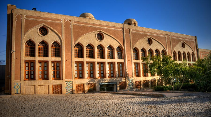 حیاط پشتی هتل مشیر الممالک یزد