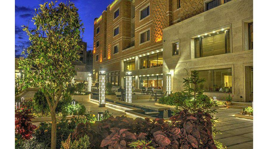 حیاط باغ 2 هتل زندیه شیراز