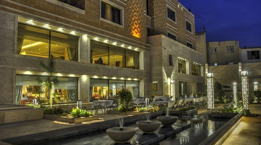 حیاط باغ هتل زندیه شیراز